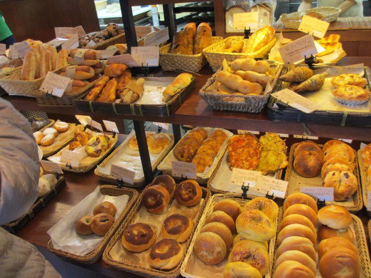 歴史的建造物と日本古来の街並みにより、日本の中で最も「和」のイメージが強い京都。そのイメージのお陰で京都の方は、洋食よりも和食を好む方が多いような気がしませんか?しかし意外なことにパンの消費量はなんと日本一なんです!特に今出川通りはパン街道とも呼ばれ、街のいたるところにパン屋さんを多く見かけます。そんなパン街道や京都でおおすすめのお店をご紹介します♪1.志津屋京都に生まれて約60年の「志津屋...