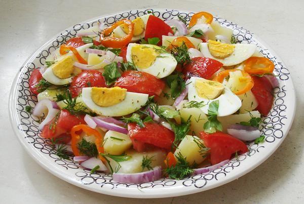 Πατατοσαλάτα με αυγά και σος. Γευστική πατατοσαλάτα με σος...