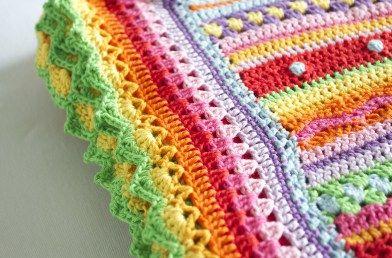 Toen het patroon van notyouraveragecrochet af was had ik nog meer dan een halve bol over van iedere kleur katoen. Niet genoeg voor een nieuwe deken, maar wel genoeg om een heel kleurrijke rand te maken! De rand die er origineel om heen zit vind ik wat simpel en dus bedacht ik mijn eigen rand. …