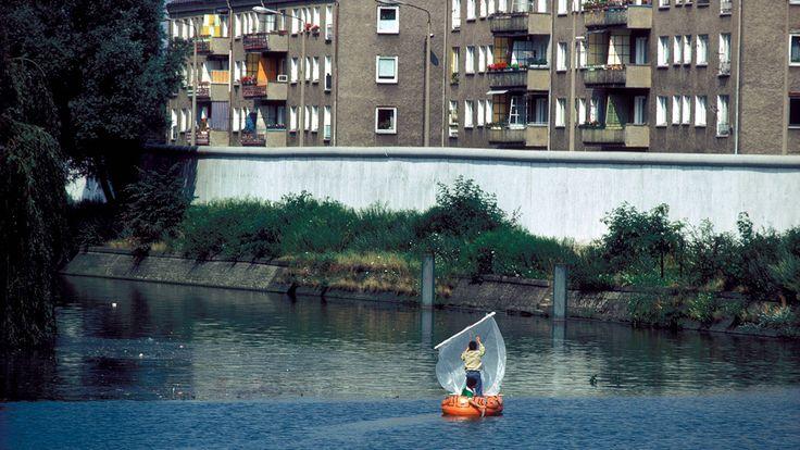 Absurde Situation - die Spree und ihre Kanäle bildeten gleich an mehreren Stellen die Grenze: Hier zwei Kinder aus Westberlin im Gummiboot mit selbst gebasteltem Segel auf dem Landwehrkanal in Neukölln (1981). Quelle: rbb