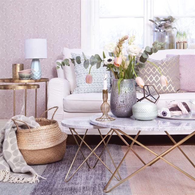 <span>Metaller och pasteller. Skapa en lyxigt ombonad känsla i vardagsrummet med detaljer i mässing och dova pastelltoner. Marmorbord från OX Denmarq.<br></span>