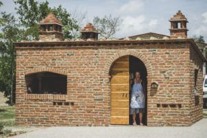 """The brick structure housing the wood oven and the barbecue. You can cook your """"chianina"""" (steak) on the barbecue or bake pizza in the oven, then enjoy your meal under the stars in our large tuscan yard. Holiday Home in Tuscany"""