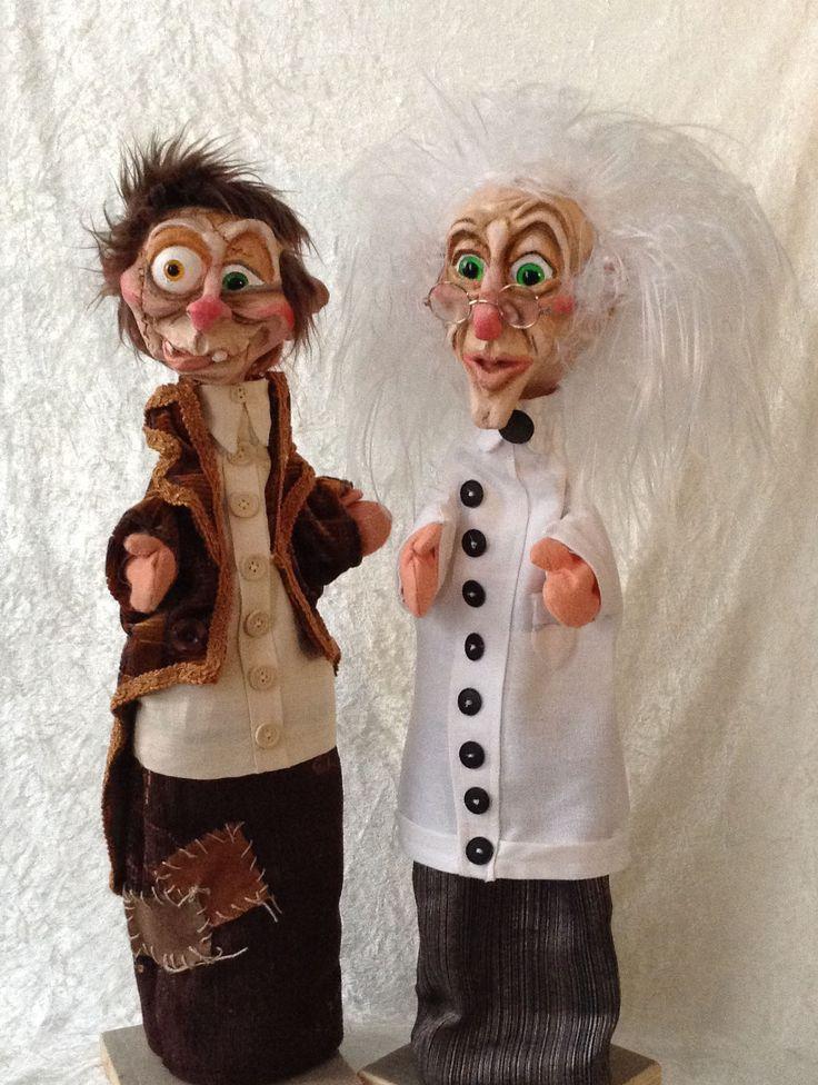 Twee vrolijke traditionele handpoppen gemaakt door Thomas Weber voor Theater Didymus... (gekke) wetenschapper Victor en zijn assistent Igor