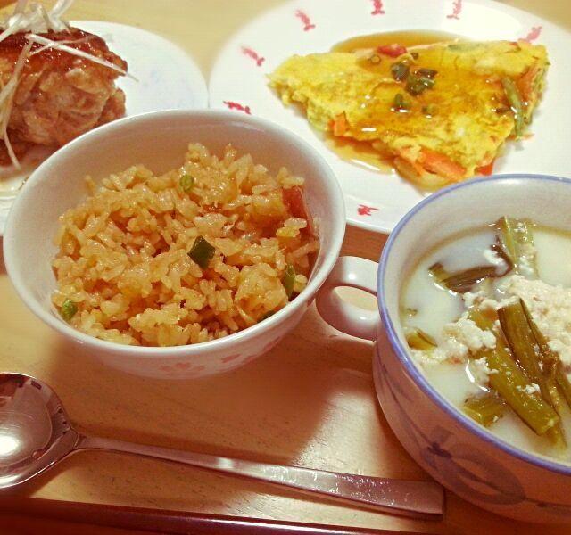 今日のリクエストは中華(*^ー^)ノ♪  鶏肉のチャーシュー風 かに玉 小松菜のくずし豆腐スープ 炒飯風炊き込みご飯  どれも家族には好評♪ レシピ検索して作りましたが、炒飯を炊飯器で作れるって嬉しい発見でした/// 他の料理が冷めなくてイイネ(^^)bb - 95件のもぐもぐ - 今夜は間に合わせ☆中華ごはん(ノ´∀`*) by yuki.s