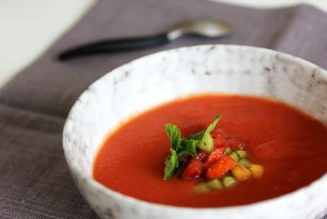 Для его приготовления вы можете использовать рубленные томаты, томатное пюре, томатную пасту или обычный томатный сок. Но все же самый вкусный вариант - из свежих сезонных помидоров! Бланшируйте их в кипятке, а затем взбейте в блендере - и великолепная основа для холодного томатного супа готова!