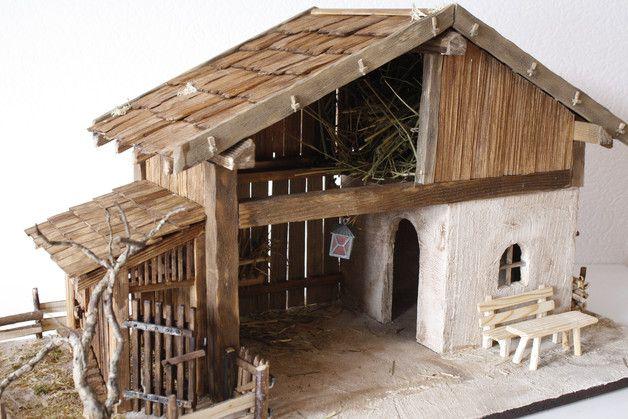 Das Krippengebäude ist eine Holzscheune mit darüberliegendem Heuboden und gemauertem Teil. Daneben ist ein Bereich, in dem Tiere untergebracht werden können mit einer Futterraufe. Die Grundplatte...