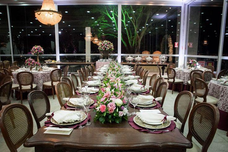 Casamento rústico-chique: mesa comprida para festa  - Foto: Gouveia e Roenick Photo & Art