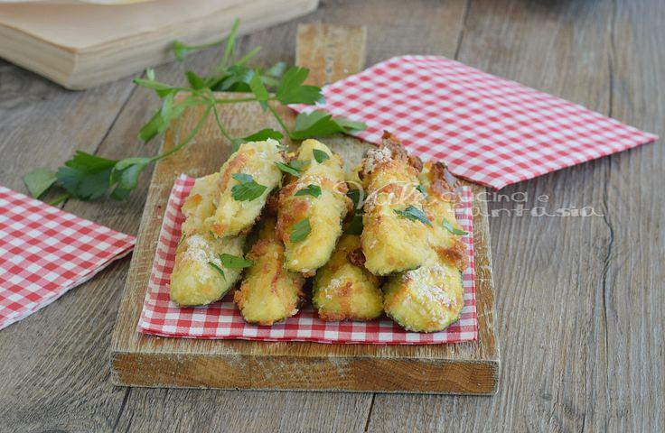 Zucchine sfiziose al forno una ricetta facilissima per avere delle zucchine croccanti fuori e morbide dentro,che sembrano fritte ma in realtà cotte al forno