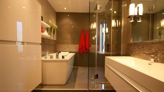 Aménagement d'une salle de bain avec porte de douche FLEURCO par France Arcand de Style France Arcand