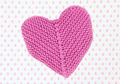 Neulottu sydän Ohje: http://www.kodinkuvalehti.fi/artikkeli/suuri_kasityo/neulonta_ja_virkkaus/sydan_ystavalle