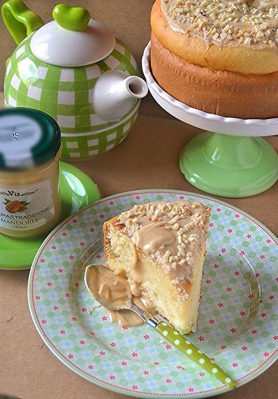 Questa torta fatta con la ricotta e mandorle   (tritate molto bene in modo da ottenere la farina)   è il perfetto connubio tra la dolcez...