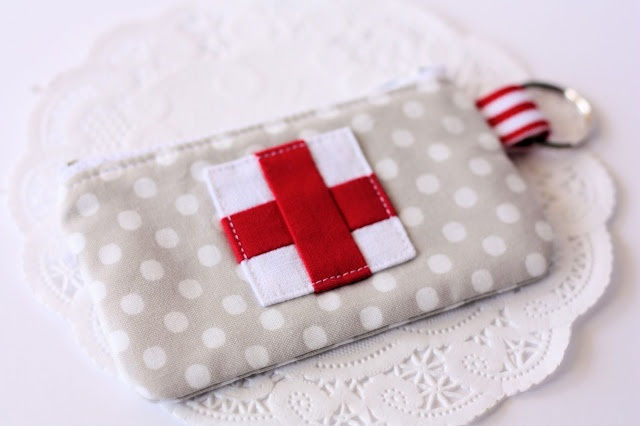 Tutorial: Emergency Zippered Pouch - perfect for first aid supplies.: Idea, Aid Pouch, Emergency Zippers, First Aid Kits, Pouch Tutorials, Zippers Pouch, Emergency Kits, Bags, Sewing Tutorials