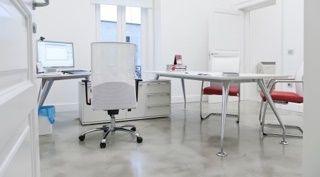 Spartano e tecnico...questo pavimento in microcemento è perfetto per uffici e contract
