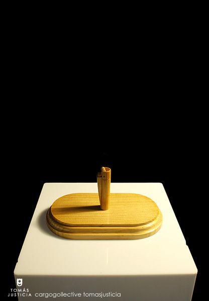 Trofeo II Escultura 11cm (an) x 20cm (lar) x 10cm (al) Madera goma laca y barniz  2014