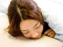 生理前や生理中は異常に眠くて…こんな経験あるという女性も多いですよね。これは「月経前症候群(PMS)」の症状の1つで「月経関連過眠症(月経前過眠症)」と呼ばれているものです。生理の影響で心身に何らかの影響が現れる月経前症候群は多くの女性に見られますが、実はそのうちの半数近くが眠気を感じているんだそうです。眠気があまりにひどい場合、婦人科に相談に行くとピルを勧められると思います。排卵を起こさせないようにすれば強い眠気はなくなりますが、副作用などの心配もあって抵抗がある人も多いですよね。そんなときは、まずこうした対処法をやってみましょう。