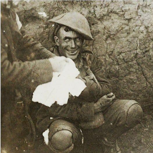 Un soldato in trincea colpito dalla psicosi traumatica shell-shock. Battaglia di Flers-Courcelette, 1916