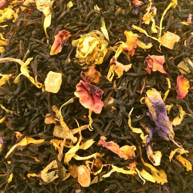Незнакомка На основе черного чая, с кусочками ананаса, папайи, изюмом, лепестками индийской розы и подсолнечника, цветами мальвы и календулы. Этот чай навеил мне  стихотворение Александра Блока, написанное в апреле 1906 года.  .....И каждый вечер, в час назначенный (Иль это только снится мне?), Девичий стан, шелками схваченный, В туманном движется окне. И медленно, пройдя меж пьяными, Всегда без спутников, одна Дыша духами и туманами, Она садится у окна. И веют древними поверьями Ее упругие…
