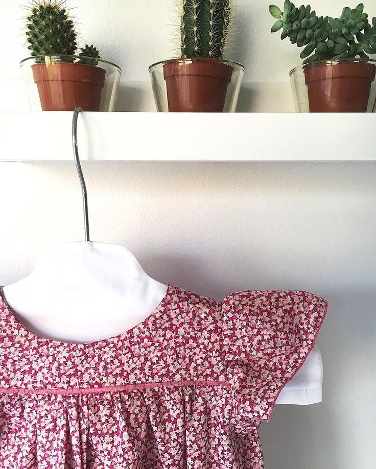 #trucdefille  Du rooose ... Parce que si j'adore le jaune ... J'aime encore plus particulièrement cette couleur  J'adore les filles les fleurs et être une fille  Je me suis finalement décidée pour du #liberty pepper pour la petite robe prévue en cadeau ... Un modèle de @citronille du livre #intemporelpourbebes 2  c'est le petit chemisier en plumetis adapté en robe avec quelques modifications  Un vrai plaisir à coudre  Encore une belle journée de fille à vous  #avrilcafeine #rose #pink…