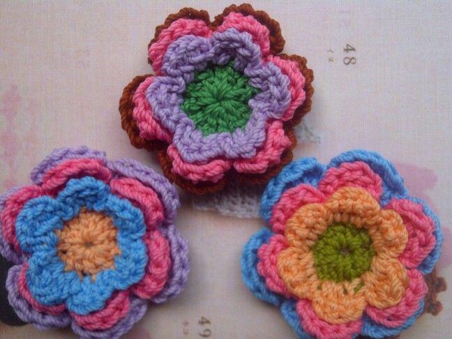 Daisy brooch. Tutorial daisy flower from www.molliemakes.com/craft-2/tutorial-tuesday-crochet-flowers/