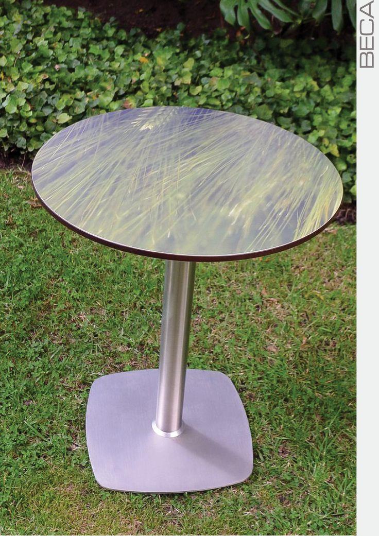 Mesa pedestal con impresión digital en el tablero circular.