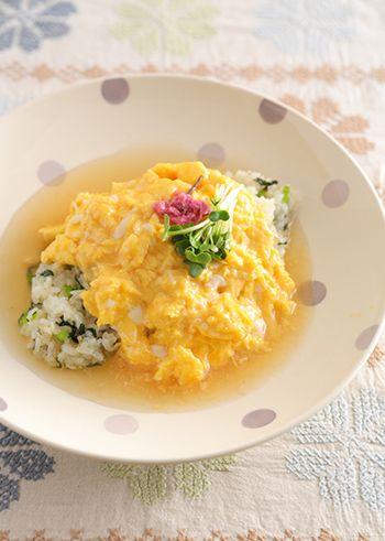 ちょっと変わった和風のオムライスレシピ。炒ったちりめんじゃこと小松菜の食感が楽しめるご飯に、ケチャップ代わりのあんをかけた、ヘルシーな一皿です。
