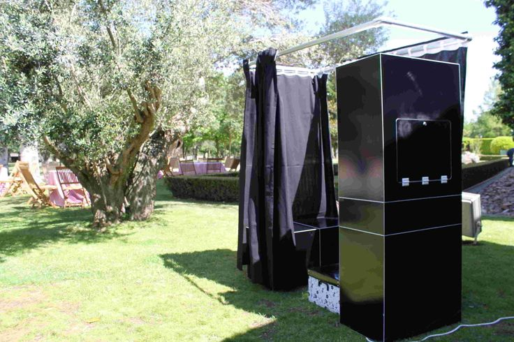 Fotomatón negro con cortina negra en el campillo