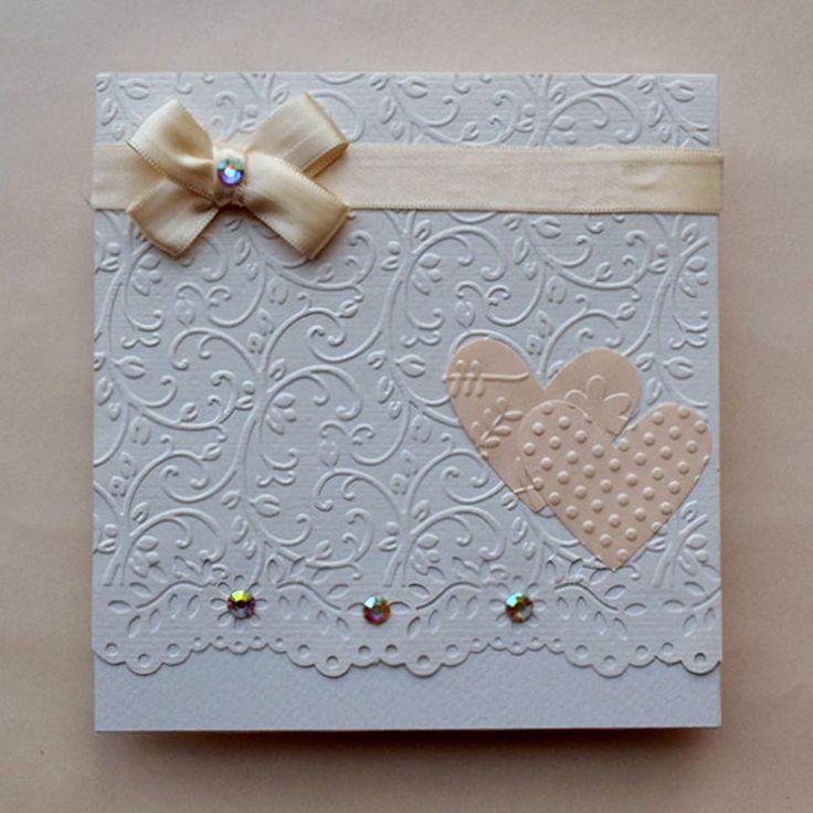 Delicada y romántica invitación de boda con delicados detalles en aplicaciones, tiene grabado y corte tipo encaje.