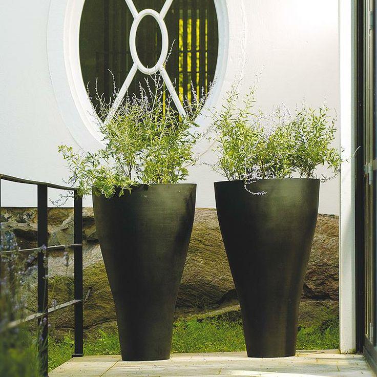 Donica Conical zachwyca zjawiskową formą idealnie wpasuje się do Waszego wymarzonego wnętrza czy też ogrodu