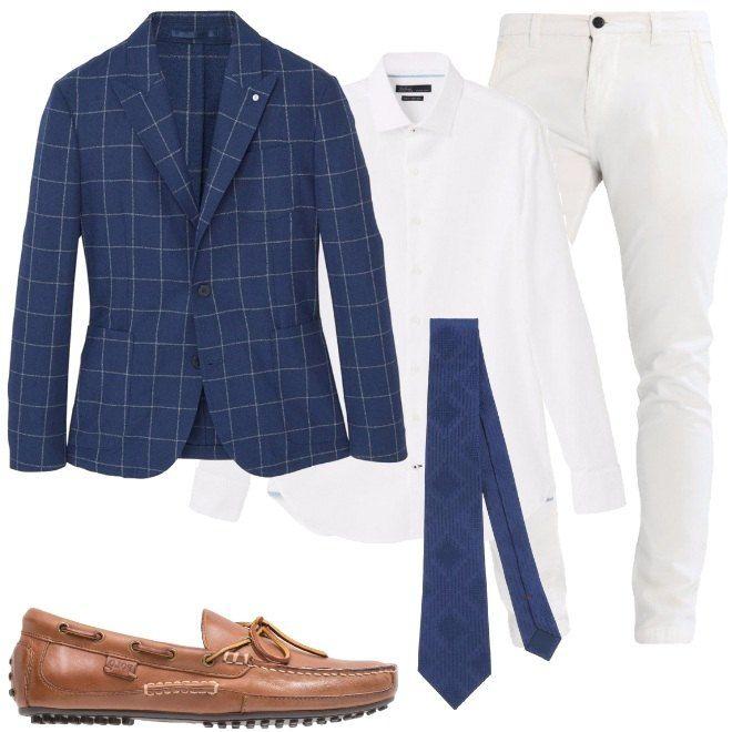 Una giacca a quadri a sfondo blu, una camicia bianca in cotone, pantaloni chino bianchi, in cotone, cravatta blu in jacquard e seta e mocassini in pelle.