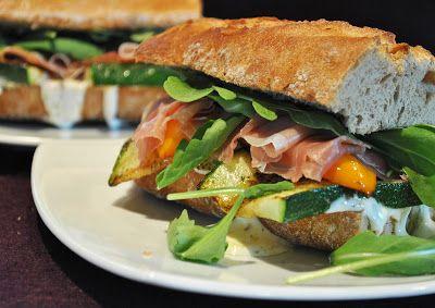 Küchenzaubereien: Krosses Sandwich mit gebratenem Gemüse, Parmaschinken & Ziegenkäse