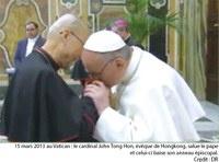 """Le 20 mars 2013, au lendemain de la messe d'installation du nouveau pape, le Cardinal Tong, évêque de Hong Kong et seul cardinal chinois électeur du conclave, vint faire ses adieux au Saint Père, avant de repartir pour Hong Kong. Le Cardinal eut alors la surprise de voir le pape François lui saisir la main droite et baiser son anneau épiscopal en lui disant : """" L'Eglise de Chine est en mon cœur! """""""