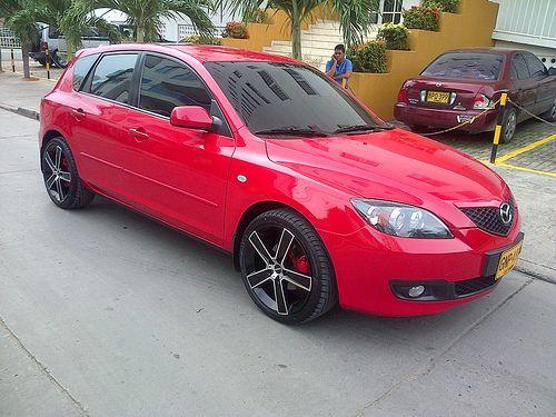 Mazda 3 | cojineria en cuero negra, costuras dobles rojas y tableros centrales microperforados