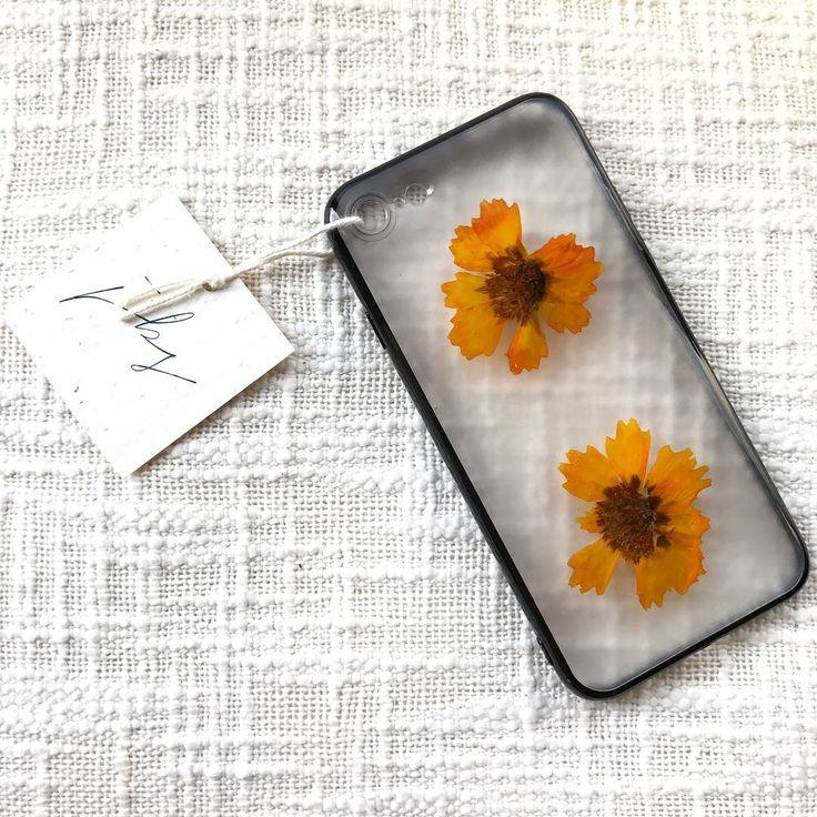 綺麗な発色のオレンジイエローが元気をくれる可愛いデザインこちらはiphone7用ケースです  #artfullymadelittlethings #justbsmiling #iphonecase #iphoneケース #スマホケース #押し花ケース #押し花 #花 #iphone7 #flowers #pressedflowers #花 #花が好きな人と繋がりたい #gogreen #花が好き #ボタニカル #ボタニカルライフ