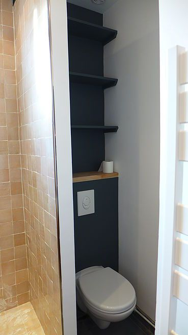Toilettes suspendu, mur gris poivre
