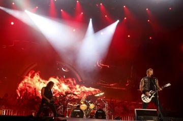 Pour les victimes du 13 novembre - Metallica sort un album enregistré au Bataclan Check more at http://people.webissimo.biz/pour-les-victimes-du-13-novembre-metallica-sort-un-album-enregistre-au-bataclan/
