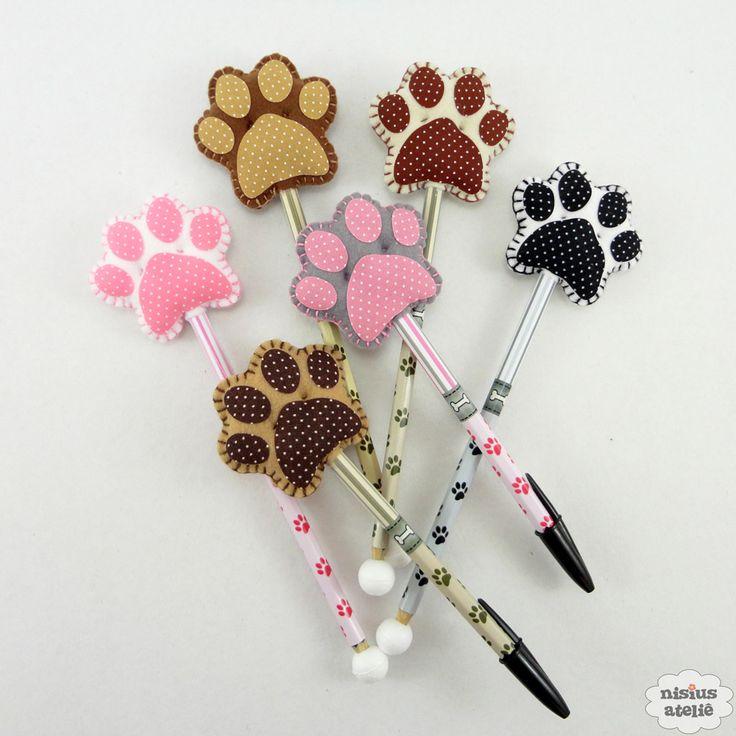 Ponteira de lápis ou caneta decorada com uma patinha de cachorro feito em feltro bordado à mão.