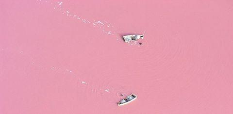 Lago Retba, Senegal Otro lago rosa. Esta vez, los científicos creen que el color es el resultado de los altos niveles de sal en el agua. En algunas zonas, la concentración de sal alcanza el 40%. Senegaleses navegan todos los días al Retba para recoger el mineral, que se acumula en las orillas del lago. Al igual que en el Mar Muerto, es fácil flotar en este lago, debido a la alta concentración de sal.