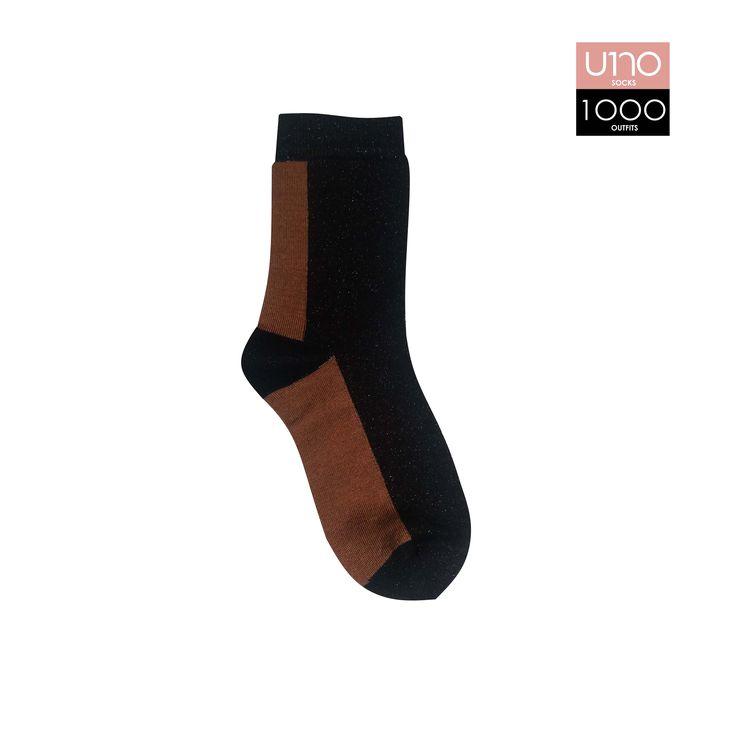 Calza donna singola Altezza calza: mezzo polpaccio Composizione: 72% cotone 22% poliammide 4% poliestere 2% elastane Colore: Rosso - Nero - Grigio (lurex) Stagione: autunno/inverno Taglia unica