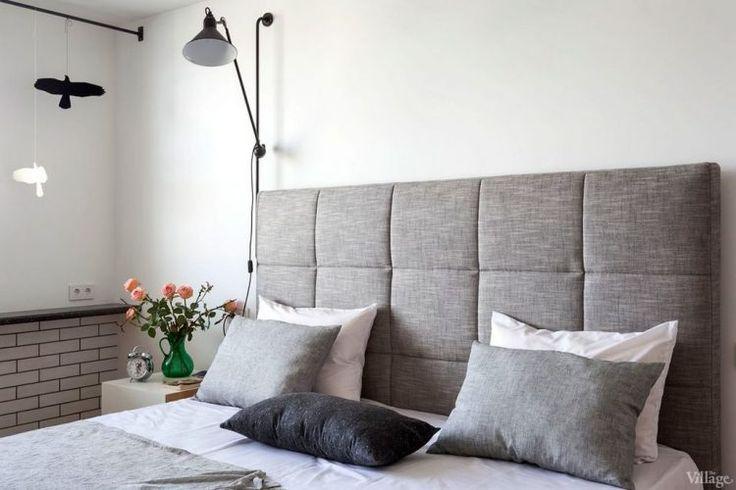 Fehér falak, meleg fa felületek - háromszobás lakás skandináv stílusban
