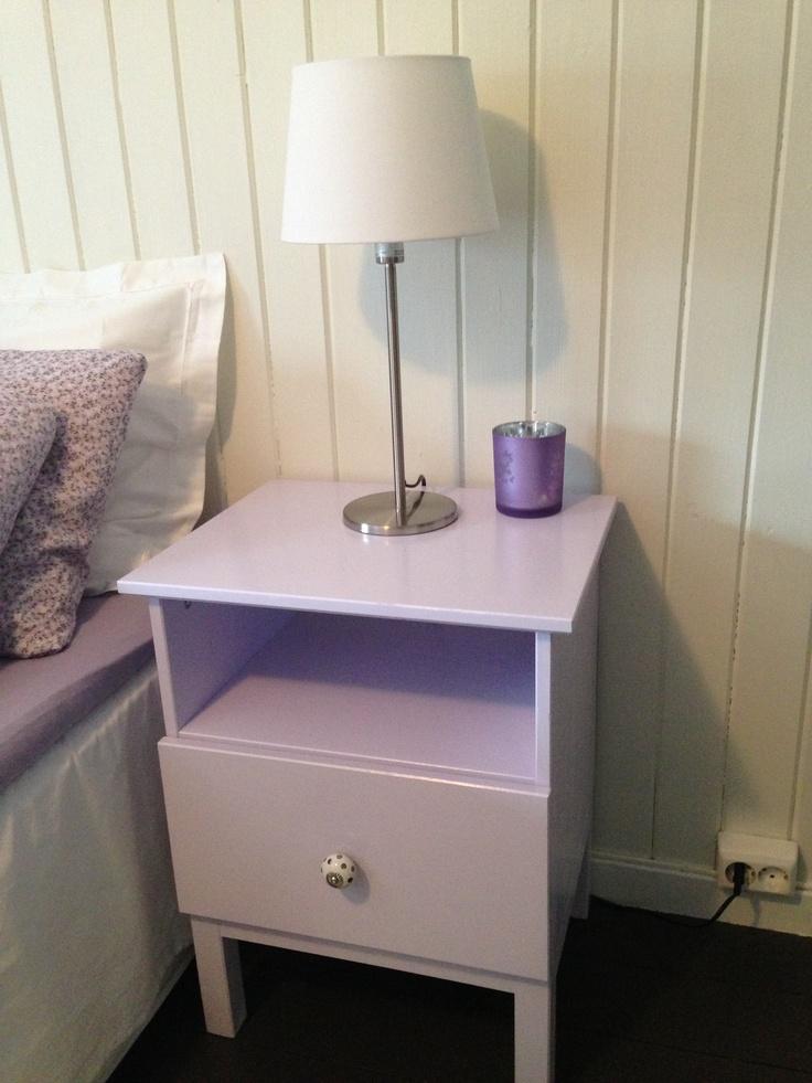 Nattbord fra IKEA malt i lavendel farge.