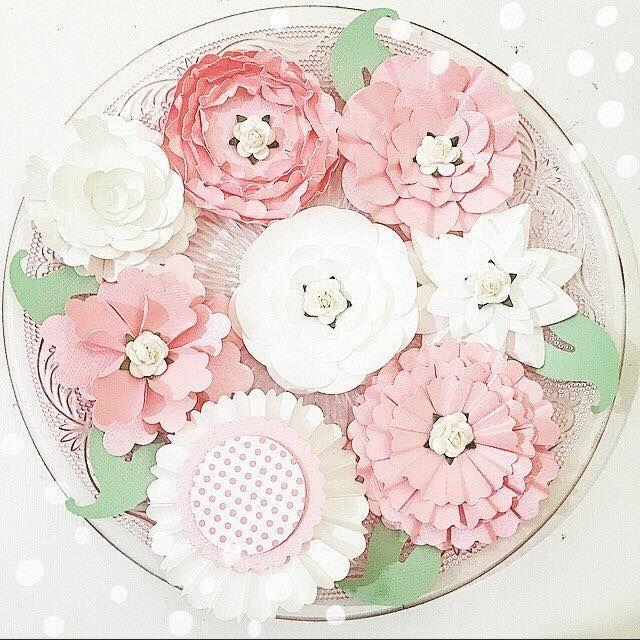 flores de papel variadas usando furadores