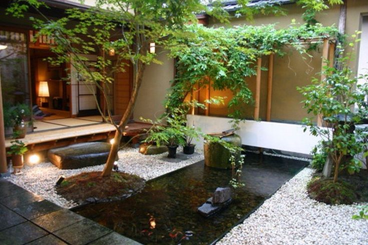 Moderne Japanse tuin met strakke vijver