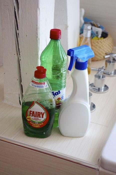 So einfach, Geschirrspülmittel und Essig. Nix besonderes eigentlich. Aber nach diesem Tipp (klick) hab ich das Zeug ausprobiert und nunmehr dauert das reinigen beider Bäder ungefähr halb so lange. Kein Schrubben, kein Gemecker, keine tausend Mittelchen. Nur eine leere Sprühflache mit 2/3 weißem Essig und 1/3 Fairy-Geschirrspülmittel (dem deutschen DAWN) gefüllt, alle Oberflächen und Armaturen in Duschkabine, Waschbecken und Badewanne besprüht. Einwirken lassen, abspülen oder abwischen…