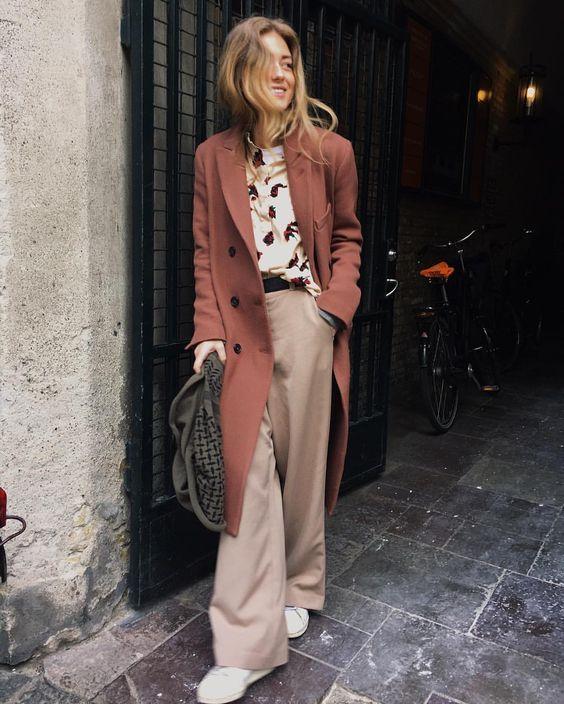 Me voy a copiar este look de camisa estampada, pantalón superancho y zapatillas blancas pero YA. Es perfecto