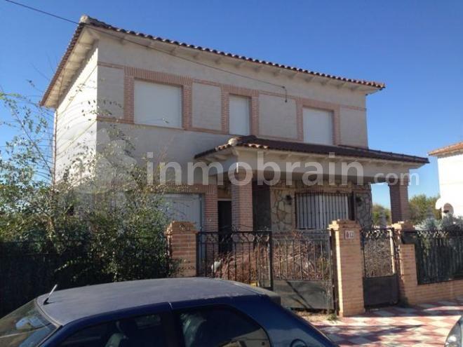 Chalet en la localidad de Villamiel de Toledo con 171 m² repartidos en 4 habitaciones, 2 baños completos, salón comedor con terraza, cocina independiente amueblada, patio y piscina.