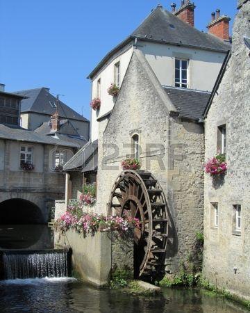 A roda d gua no rio Aure no centro hist rico de Bayeux Normandia Fran a Banco de Imagens