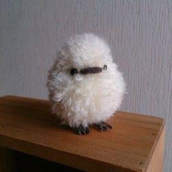 羊毛フェルトと羊毛毛糸で作ったトリノヒナです。羊毛フェルトで作った土台に毛糸を一本一本植毛しました。とても可愛らしく、ふわふわに仕上がりました。真っ白です。素材  羊毛フェルト、毛糸、ステンレスワイヤー、プラスチックアイ毛糸で植毛した作品です。原毛の植毛よりも型崩れに強いですが、強く引っ張ると抜けてしまいます。優しいお取り扱いをお願いします。お子さまやペットのおもちゃには向きません。観賞用として飾ってください。