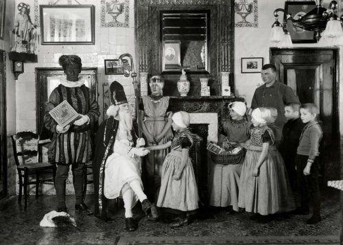 Sinterklaas en Zwarte Piet op bezoek bij een rooms-katholieke Zeeuwse familie in klederdracht. (1935)