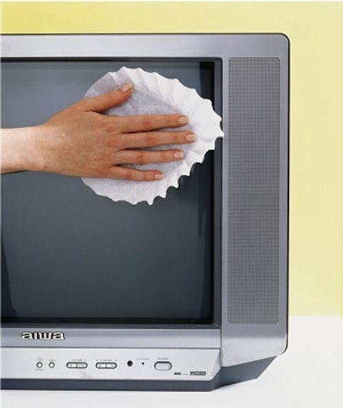 Pour dépoussiérer et nettoyer parfaitement l'écran plat (ou pas) de votre téléviseur, le filtre à café est le P'tit truc à connaître.  Source : Comment-Economiser.fr | http://www.comment-economiser.fr/nettoyer-ecran-tv.html