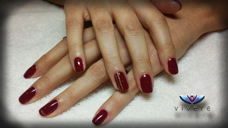 Μπορντό ημιμόνιμο με χρυσό γκλίτερ και χρυσές κάθετες λωρίδες. #bordeaux #semipermanent #gold #glitter #stripes #nails #manicure #vivere